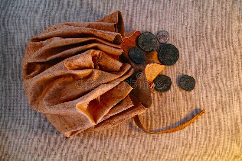 Malote de couro com as moedas romanas antigas imagens de stock