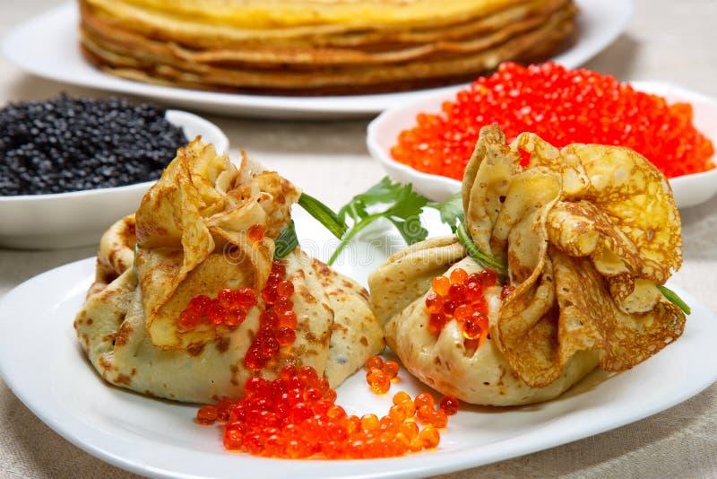 Malotes da panqueca com o caviar vermelho e preto fotografia de stock