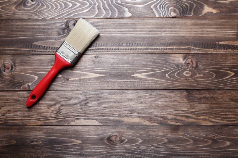 Malować muśnięcie dla wnętrza dekoruje na drewnianym tle zdjęcie stock
