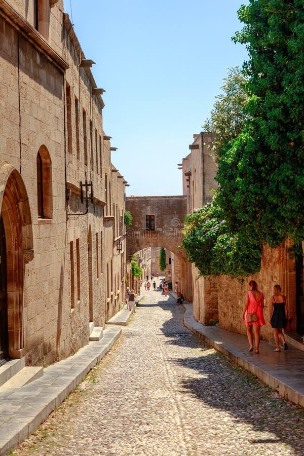 Malownicza średniowieczna ulica w Rhodes Starym miasteczku obrazy stock