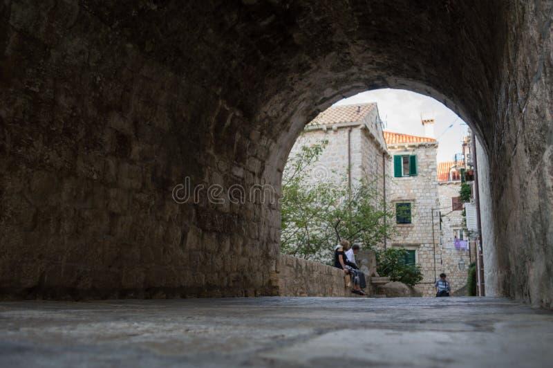 Malownicza aleja z tunelem w Dubrovnik, Chorwacja zdjęcia stock
