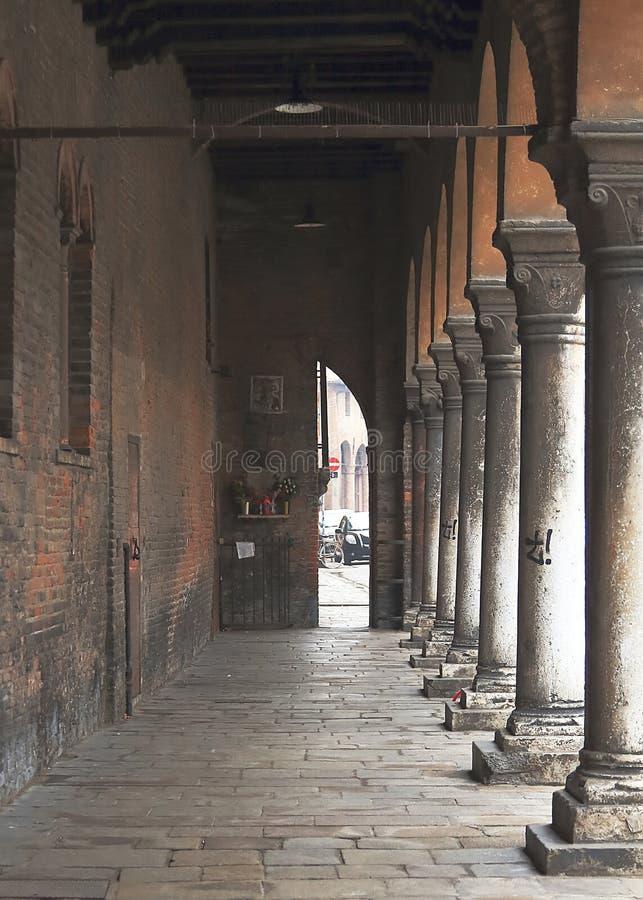 Malownicza antyczna średniowieczna ulica z kolumnami w Ferrara obrazy royalty free