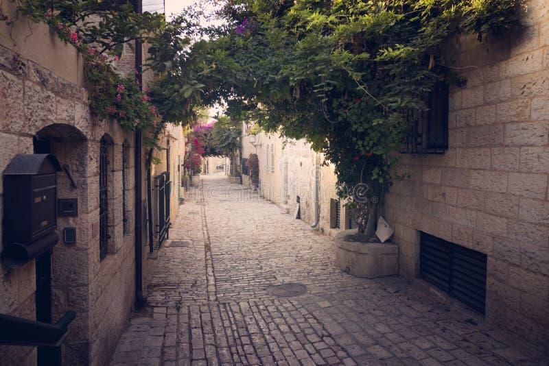 Malownicza antyczna wąska aleja z pięknymi naturalnymi archs w niektóre Europejskim starym miasteczku Pusta boczna ulica z arywis obrazy royalty free