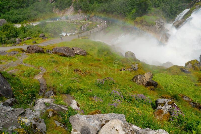 Malownicza siklawa z wodą topił od Jostedalsbreen lodowa w Sogn og Fjordane okręgu administracyjnym, Norwegia zdjęcie stock