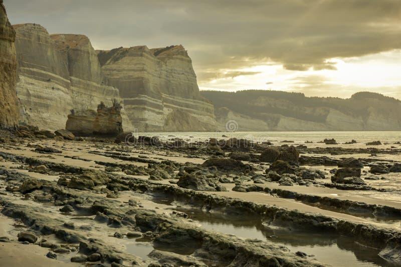 Malownicza skalista plaża blisko przylądków porywaczów zbliża miasto Napier zdjęcia royalty free