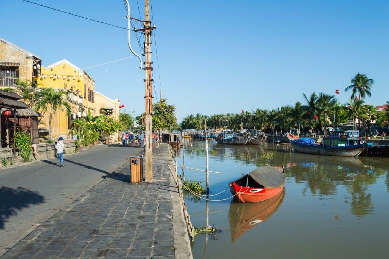 Malownicza ulica, rzeka i łodzie w Hoi, Wietnam fotografia stock