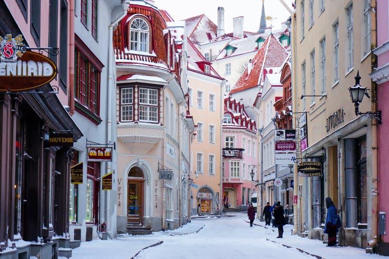 Malownicza wąska ulica w starym miasteczku Wysokim Tallinn Vanna fotografia royalty free