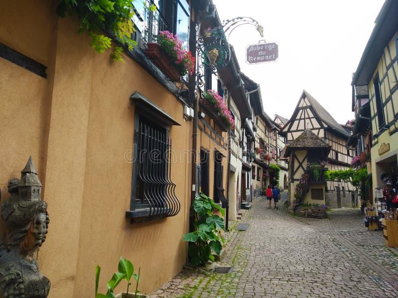 Malownicze aleje Eguisheim, Francja obrazy royalty free