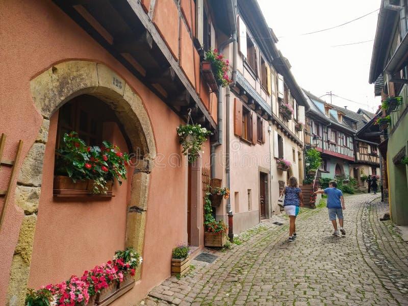 Malownicze aleje Eguisheim, tipical starzy domy dekorowali z kwiatami, Francja obrazy stock