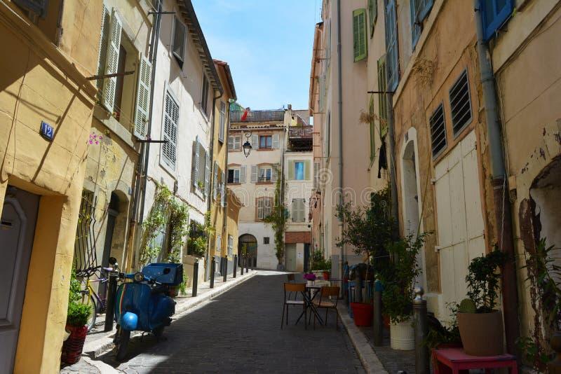 Malownicze i kolorowe ulicy stary miasteczko Marseille, w lecie Francja zdjęcia royalty free