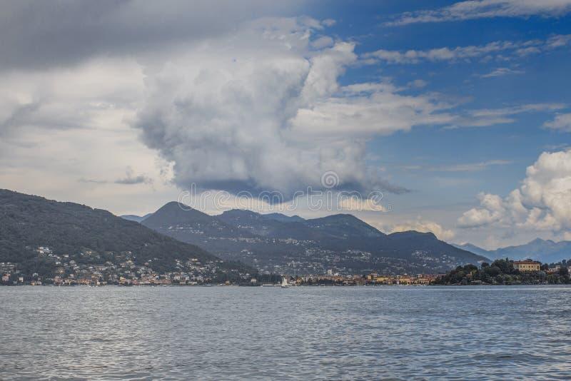 Malowniczy chmura krajobraz nad Alps - widok od Jeziornego Maggiore, Włochy zdjęcia royalty free