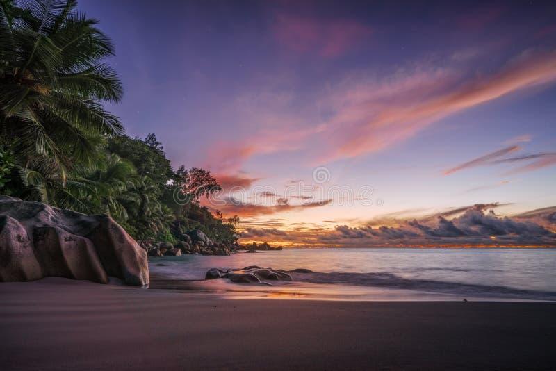 Malowniczy czerwony niebo po zmierzchu na raj plaży na Seychelles 1 fotografia royalty free