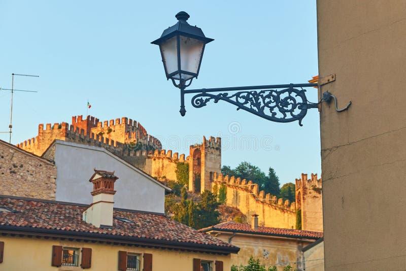 Malowniczy dachy piękny średniowieczny miasteczko Soave obraz stock