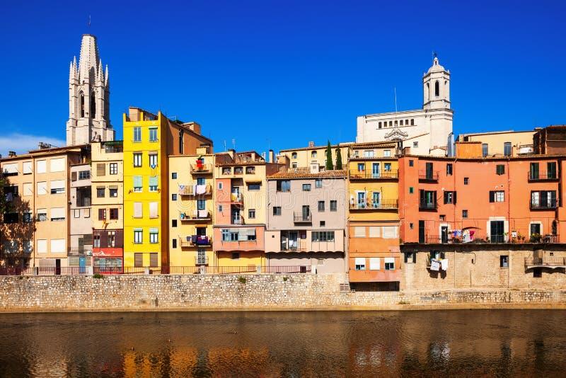 Malowniczy domy na brzeg rzeki w Girona obrazy royalty free