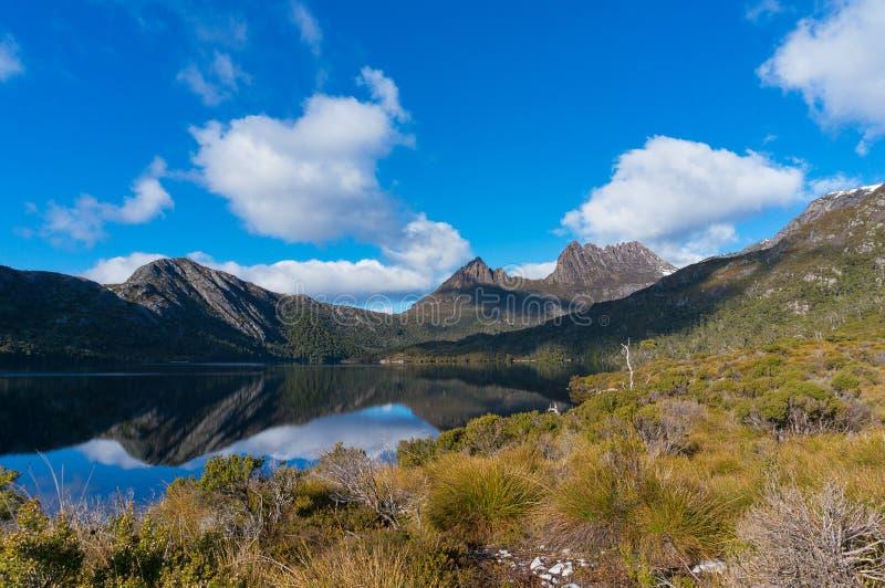 Malowniczy góra krajobraz z jeziorem zdjęcie royalty free