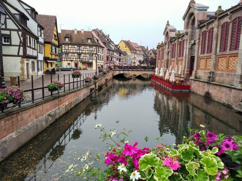 Malowniczy i dekorujący z kwiatów kanałami Colmar, Francja obraz stock