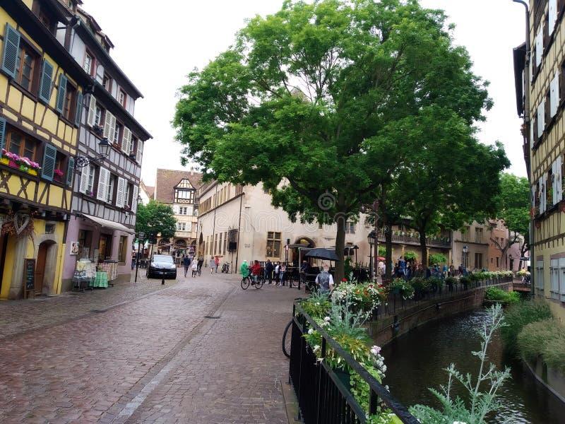 Malowniczy i dekorujący z kwiatów kanałami Colmar, Francja zdjęcia stock