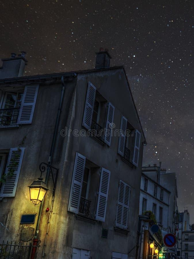 Malowniczy kąt w Montmartre sąsiedztwie przy nocą obrazy royalty free