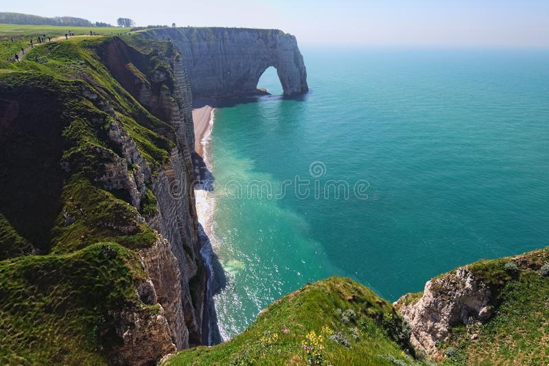 Malowniczy krajobraz na falezie Etretat losu angeles Manneporte skały łuku naturalny cud, faleza i plaża, zdjęcie stock