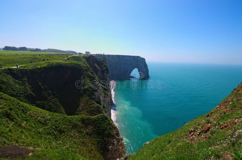 Malowniczy krajobraz na falezie Etretat losu angeles Manneporte skały łuku naturalny cud, faleza i plaża, zdjęcia stock