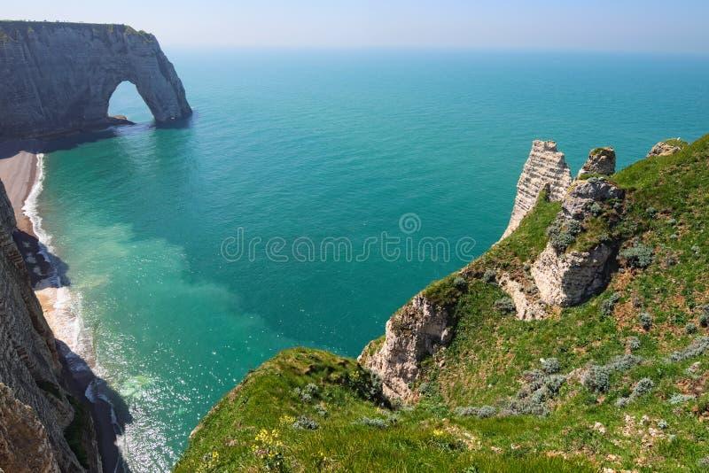 Malowniczy krajobraz na falezie Etretat losu angeles Manneporte skały łuku naturalny cud, faleza i plaża, fotografia royalty free