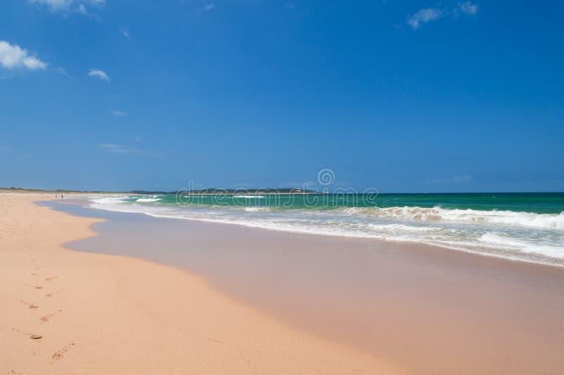 Malowniczy lato krajobraz pusta plaża na jasnym dniu zdjęcia stock