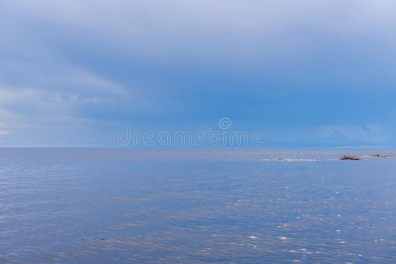 Malowniczy lato krajobraz w minimalnym stylu z północnym jeziorem i niebieskie niebo w chmurnym dniu Podróżować i odkrywać odległ fotografia stock