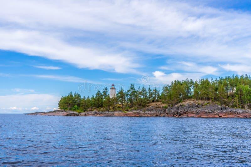 Malowniczy lato krajobraz z północną jeziorną linią brzegową w chmurnym dniu Podróżujący odległych miejsca ziemia i odkrywający W zdjęcie royalty free
