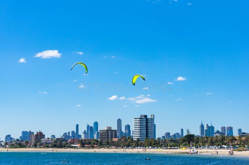 Malowniczy Melbourne pejzaż miejski z kania surfingowami na St Kilda był obrazy royalty free