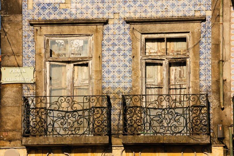 Malowniczy obdrapani balkony. Porto. Portugalia zdjęcie stock