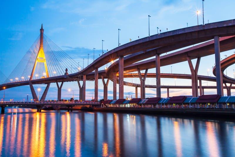 Malowniczy pod widokiem autostrady zawieszenia i wymiany mosty przy półmrokiem obraz royalty free
