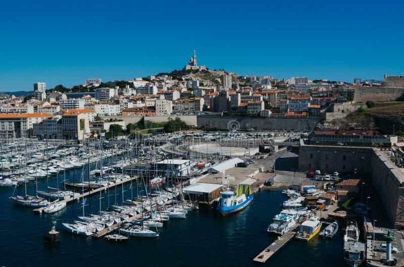 Malowniczy sceniczny panoramiczny przegląd bazylika Notre Damae de los angeles Garde i stary port w przedpolu, Marseille, Francja fotografia stock