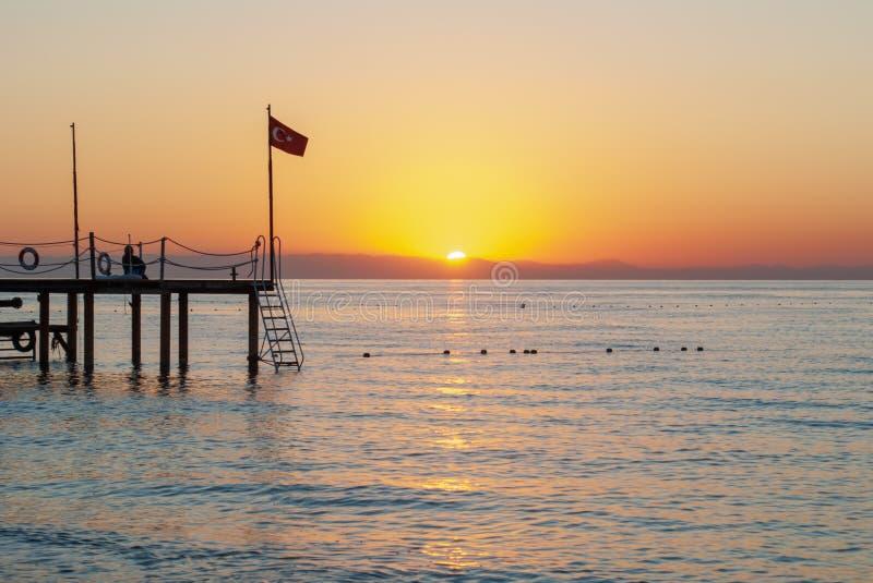 Malowniczy seascape w Turcja Ranek Słońce Zadziwiający wschód słońca na plaży, pomarańcz chmury odbijał w spokój wodzie zdjęcie royalty free