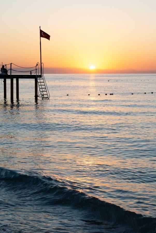 Malowniczy seascape w Turcja Ranek Słońce Zadziwiający wschód słońca na plaży, pomarańcz chmury odbijał w spokój wodzie fotografia royalty free