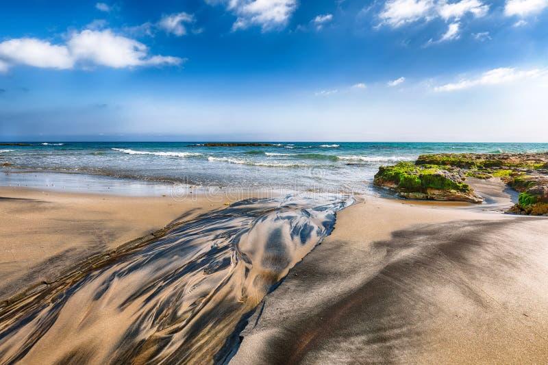 Malowniczy seascape z białymi falezami, morze zatoką, wysepkami i faraglioni skalistymi, blisko Frassanito plażą obraz stock