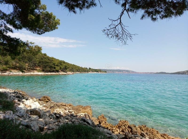 Malowniczy widok lazurowy mediterranian morze w Dalmatia, Chorwacja obrazy stock