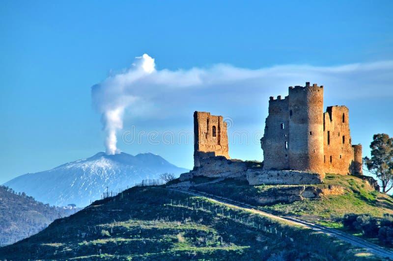 Malowniczy widok Mazzarino Średniowieczny kasztel z górą Etna w tle, Caltanissetta, Sicily, Włochy, Europa fotografia stock