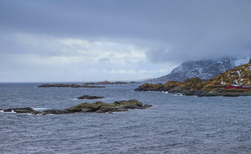 Malowniczy widok Tradycyjna Norweska wioska Hamnoy Blisko oceanu zdjęcia royalty free