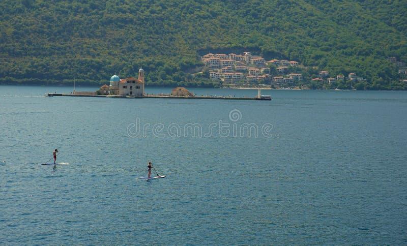 Malowniczy widok woda zatoka Kotor i kościół obrazy royalty free