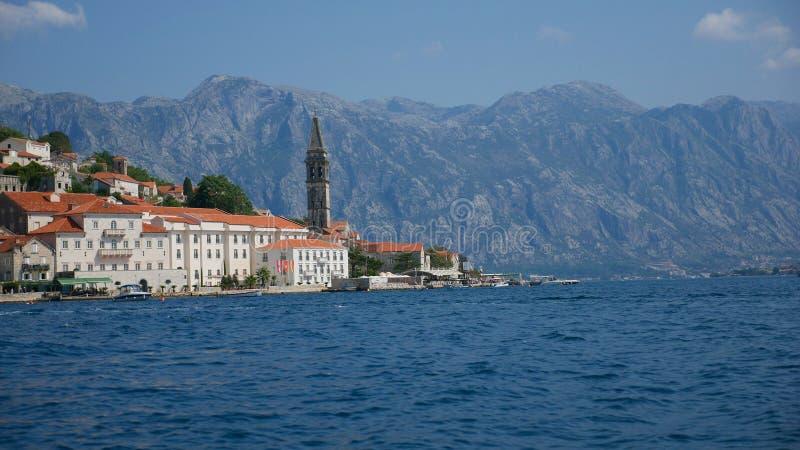 Malowniczy widok woda zatoka Kotor i kościół zdjęcia stock