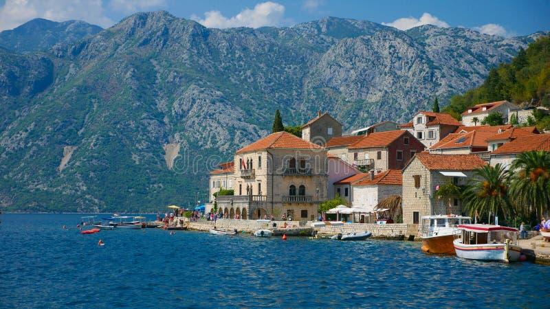 Malowniczy widok woda zatoka Kotor i kościół fotografia stock