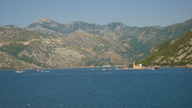 Malowniczy widok wody zatoka Kotor i hig zdjęcie stock