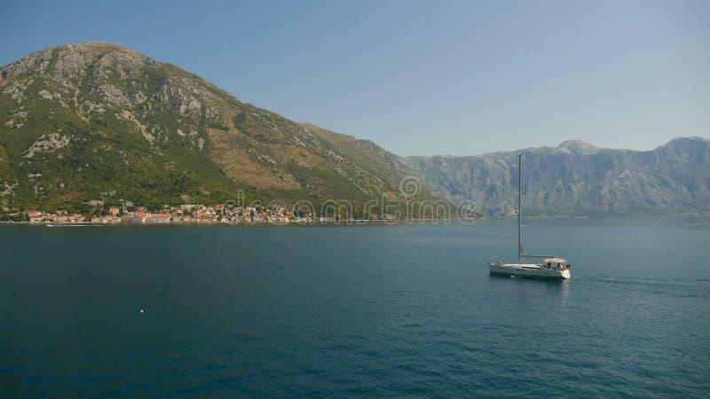 Malowniczy widok wody zatoka Kotor i hig zdjęcia royalty free
