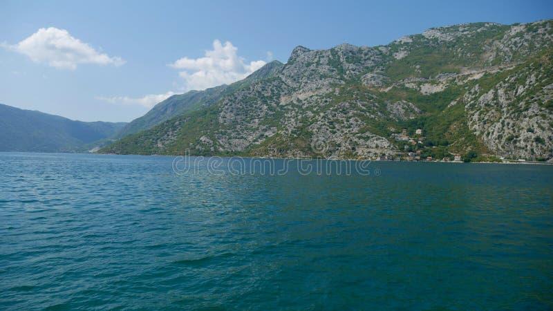 Malowniczy widok wody zatoka Kotor i hig zdjęcia stock