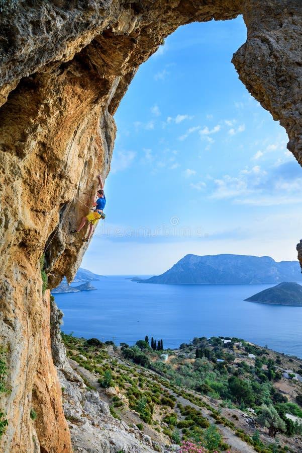 Malowniczy wyspa widok, młody człowiek wspina się skałę Podróży desti zdjęcia royalty free