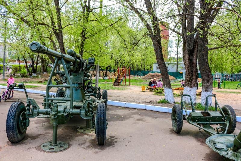 Maloyaroslavets, Россия - май 2016: Двор с военной спортивной площадкой экспозиции и детей стоковые изображения rf