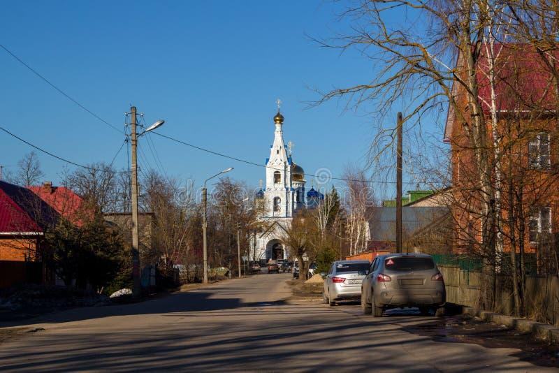 Maloyaroslavets, Rússia - em abril de 2018: Vista da catedral da suposição do Virgin abençoado da rua de Uspenskaya em Malo imagens de stock