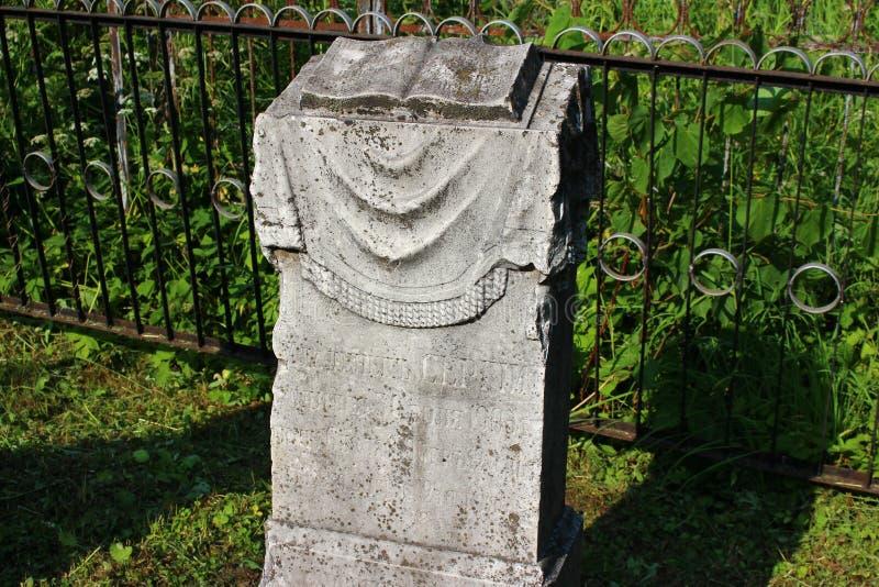 Maloyaroslavets, Rusland - Juni 2019: Oude grafsteen van 1906 op het graf van een baby in de begraafplaats stock foto