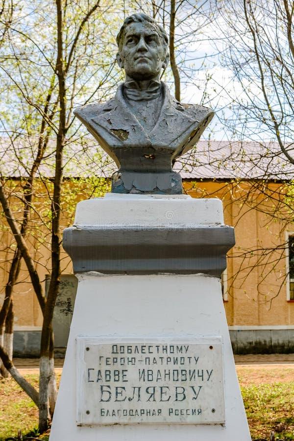 MALOYAROSLAVETS, RUSSIA - MAGGIO 2016: Monumento all'eroe della guerra di Savva 1812 Belyaev fotografia stock