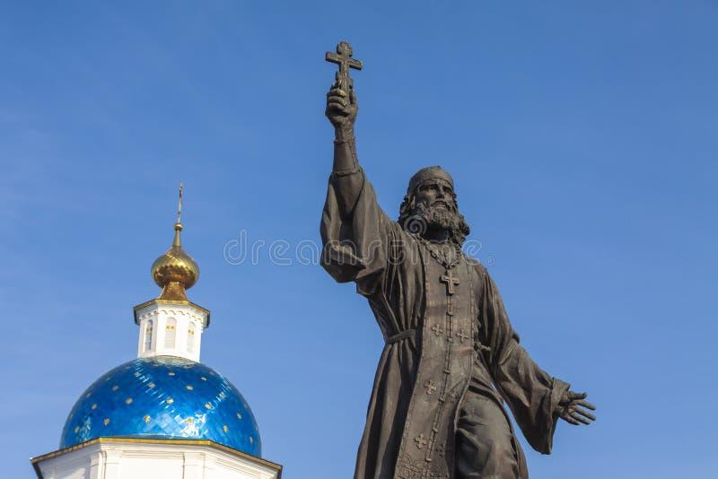 Maloyaroslavets, Russia - 09 09 2018: Monumento al sacerdote militare Monument ad un sacerdote militare che ha entrato nella guer immagini stock